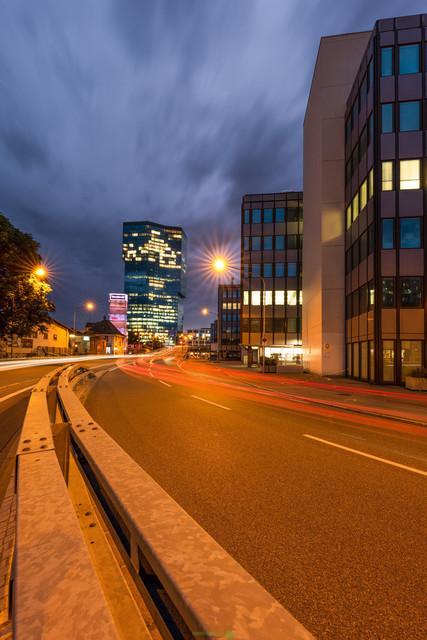 Lighttrails   Lichtspuren vor dem PrimeTower in Zürich