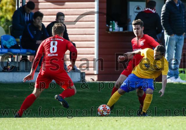 2019-11-02_033_SV_Dornach_gegen_FC_Schwaig   Aschheim, Deutschland, 02.11.2019: Fußball, Bezirksliga Nord 2019 / 2020, 17. Spieltag, SV Dornach gegen FC Schwaig, Endergebnis: 0:0  Nils Wölken (FC Schwaig, #8), Manuel Ring (SV Dornach, #10), Raffael Ascher (FC Schwaig, #9)  Foto: Christian Riedel / fotografie-riedel.net