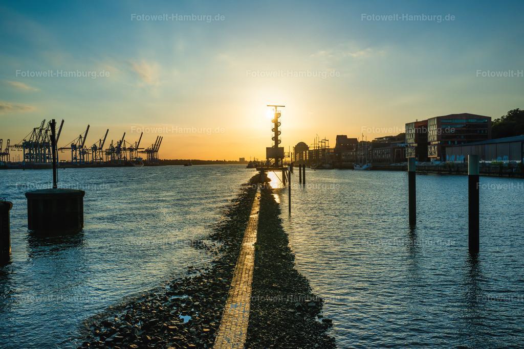10200713 - Lichtstimmung im Hamburger Hafen | Toller Blick entlang der Elbe auf die untergehende Sonne.