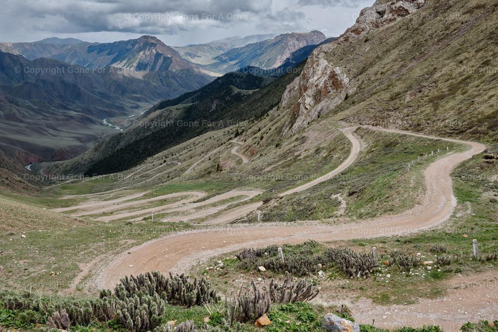 Kirgistan | Kurvenreiche Passstraße südlich des Songköl See
