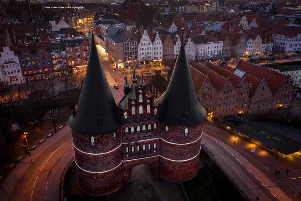 Holstentor Lübeck - Sonnenaufgang 3:2 | Der Tag bricht an. Die Lichter der Stadt erlöschen. Das Lübecker Holstentor erstrahlt in seiner ganzen Schönheit.