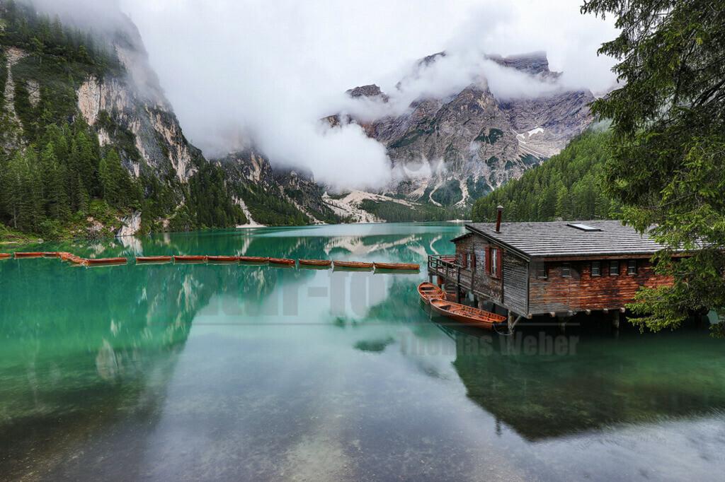 20200803-663A1292 | Der Pragser Wildsee (italienisch Lago di Braies) ist ein Bergsee im Pragser Tal in der Südtiroler Gemeinde Prags. Er liegt wenige Kilometer südlich des Hochpustertals zwischen Bruneck und Toblach in den Pragser Dolomiten. Er ist Teil des Naturparks Fanes-Sennes-Prags und damit ein geschütztes Naturdenkmal.