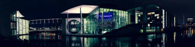 Berlin, Regierungsviertel, Marie-Elisabeth-Lüders Haus, Regierungsviertel in der Nacht | linke Seite sieht man das Marie-Elisabeth-Lüders Haus. Rechte Seite ist das Paul Löbe Haus. Nachtauftaufnahme Panorama