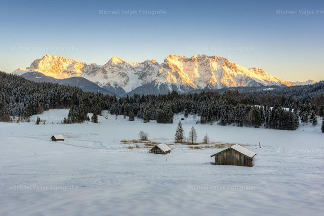 Alpenglühen am Karwendel  | Blick vom Geroldsee zum Karwendelgebirge, angeleuchtet von den letzten Sonnestrahlen des Tages.