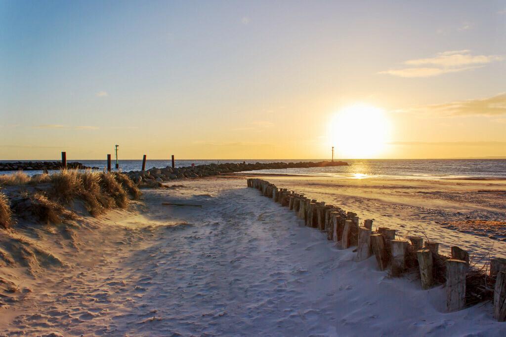 Strand in Damp   Sonnenaufgang in Damp im Winter