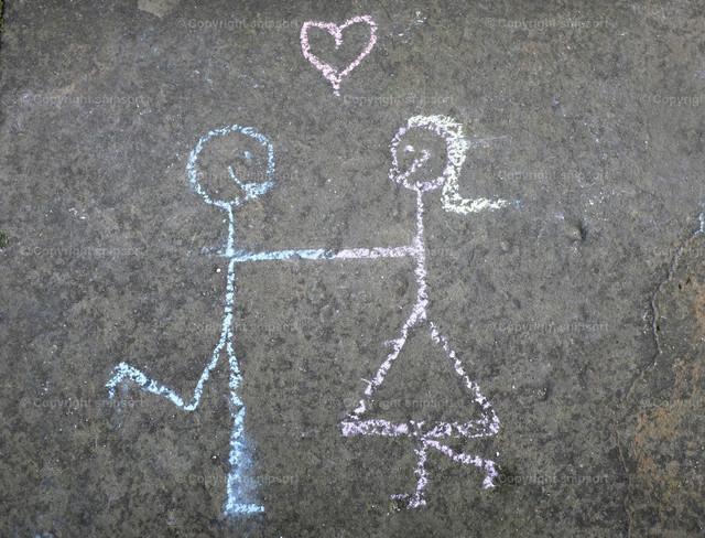 Verliebtes Pärchen (Kreidezeichnung) | Verliebtes Pärchen (Eine Kinderzeichnung mit Kreide auf dem Asphalt)
