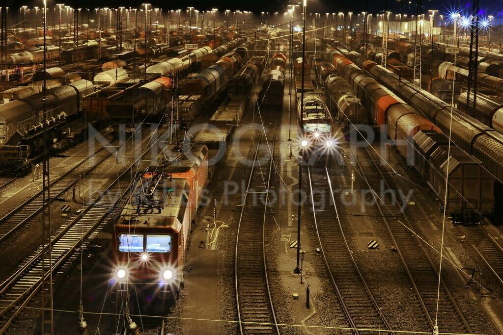 Ranghierbahnhof Hagen-Vorhalle | Nachtaufnahme am Rangierbahnhof im Hagener Stadtteil Vorhalle. Die Gütterwaggons werden zu Güterzügen zusammengestellt.