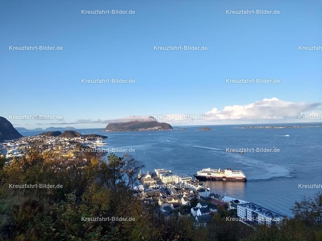 Alesund mit Hurtigruten | Blick vom Aksla auf Alesund mit der anlegenden Trollfjord der Hurtigruten