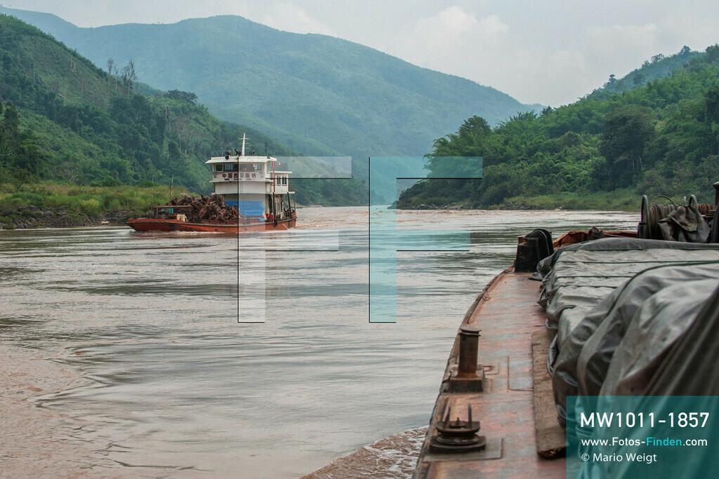 MW1011-1857 | China - Thailand | Schiffsreise mit dem Cargoboot von Guan Lei nach Chiang Saen auf dem Mekong | Gegenverkehr im Niemandsland: Das Cargoschiff Jia Xiang 2 ist auf dem Weg nach Thailand. Ein chinesischer Frachter (links) kommt aus dem thailändischen Chiang Saen. Der Mekong ist hier Grenzfluss zwischen Myanmar und Laos.   ** Feindaten bitte anfragen bei Mario Weigt Photography, info@asia-stories.com **