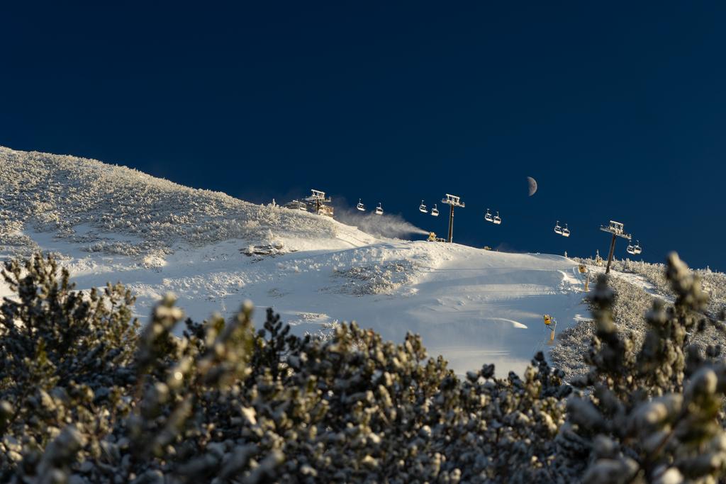 Tag oder Nacht? | Auf der Planneralm ist der Mond bereits aufgegangen während die Sonne noch den stillstehenden Sessellift beleuchtet.