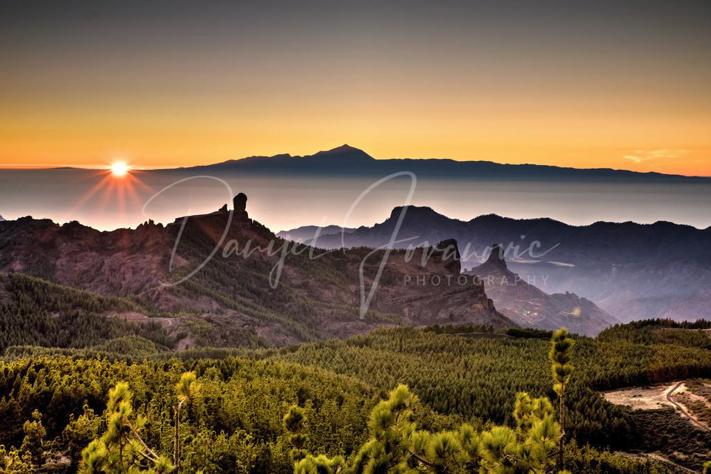 Teide | Blick von Gran Canaria über den Roque Nublo und Roque Bentayga bis nach Teneriffa zum Teide während des Sonnenuntergangs