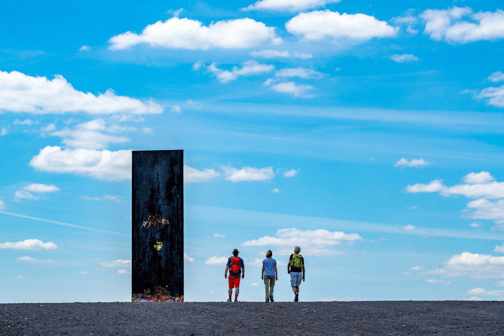 JT-205031- | Wanderer, Spaziergänger, Skulptur von Richard Serra, Bramme für das Ruhrgebiet auf der Halde Schurenbach, Essen, Deutschland,