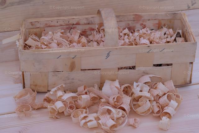 Eingesammelten Holzspäne | Holzspäne mit Handhobel und Korb in einer Holzwerkstatt