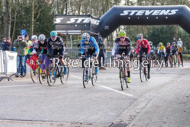 Vesetzter Start des Junioren U19 Rennen 9.3 | vlnr: Anton Lennemann (Radsportteam Neumünster, #95, U19m), Kai Scheffing (Racing Team Herzogtum Lauenburg, #90, U19m), Phillip Unterberger (RSV Eintracht 1949, #92, U19m), Ben Laatsch (RSG Nordheide, #86, U19m), Timo Gruszczynski (RC Endspurt Herford, #94, U19m), Jean Luca Kunz (Cyclocross Hamburg e.V., #96, U19m)