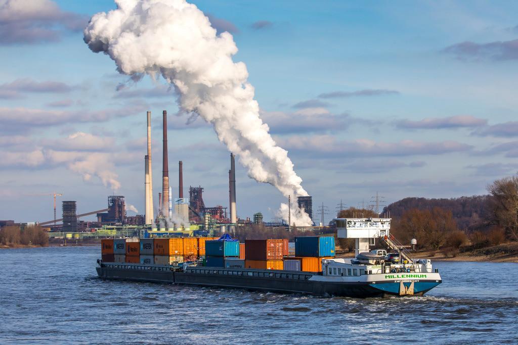 JT-170205-031 | Rhein bei Duisburg Bruckhausen, Marxloh, Thyssenkrupp Steel Stahlwerk, Hochöfen, Sinteranlage, Kokerei Schwelgern, Frachtschiffe,