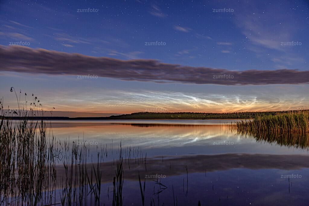 200607_0141-0230 | Am Morgen des 07.06.2020 waren wir auf dem Heimweg von einer Fototour und entdeckten am Nachthimmel die Nachtleuchtenden Wolken.  Daraufhin ging es schnell an den Drevitzer See und wir konnten noch so einige Fotos machen bevor es fast zuzog.  Für alle von euch die noch keine NLC kennen kommt hier noch eine Kurzerklärung. Es sind Eiskristalle in der Mesopause über der Mesonphäre in einer Höhe von 81 bis 85 km Höhe. Sie können im Juni oder Juli beobachtet werden, wenn die Sonne in 6 bis 16 Grad unter dem Horizont steht.  Richtig interessant wird es, wenn man die Wolken im Zeitraffer sieht. Es sieht dann aus als, wenn man Wellen aus Eis beobachtet.