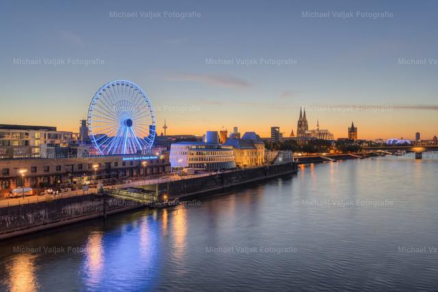 Kölner Skyline mit Riesenrad   Blick von der Severinsbrücke in Richtung Rheinauhafen mit Riesenrad neben dem Schokoladenmuseum und der Altstadt mit dem Kölner Dom im Hintergrund.