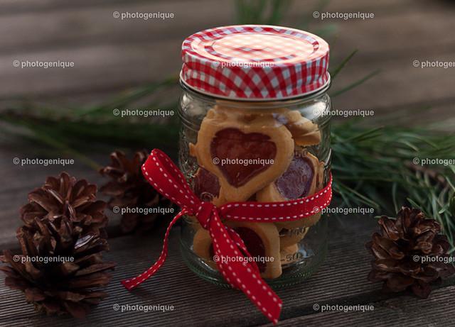 Herzkekse im Glas zu verschenken   Herz-förmige Kekse in einem Glas mit buntem Deckel als Geschenk verpackt