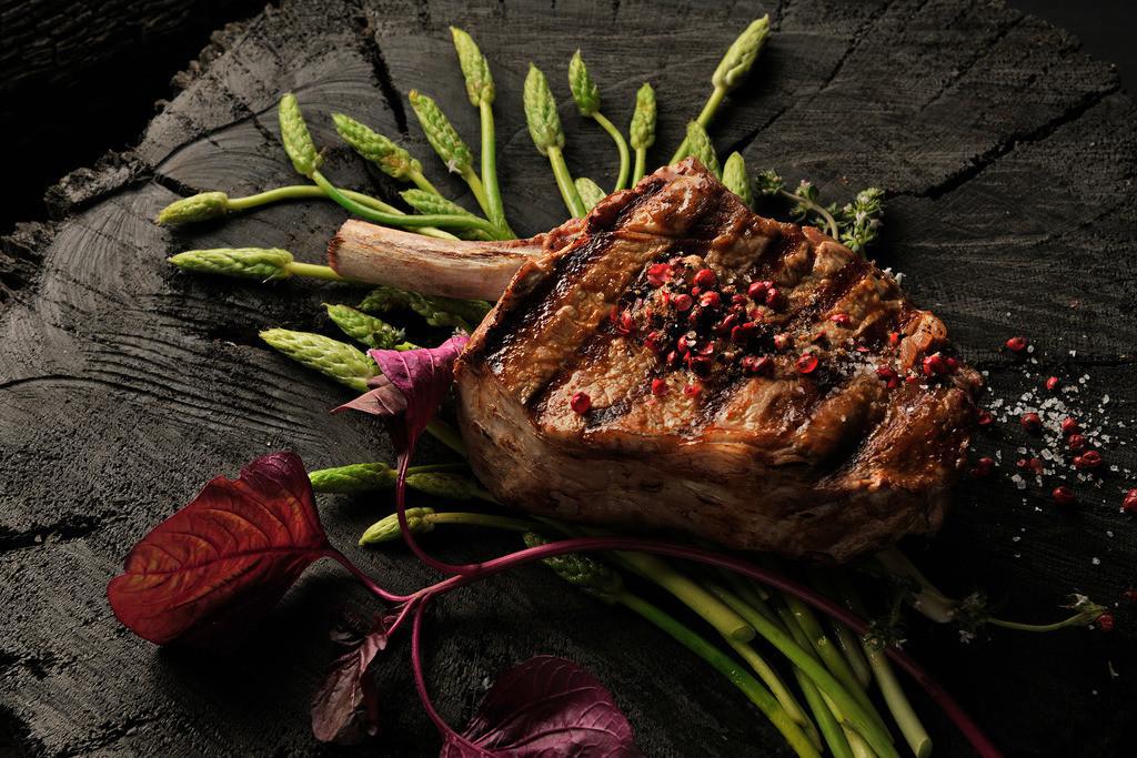 Steak auf Wildspargel | Foodfoto, Steak auf Wildspargel mit rotem Pfeffer