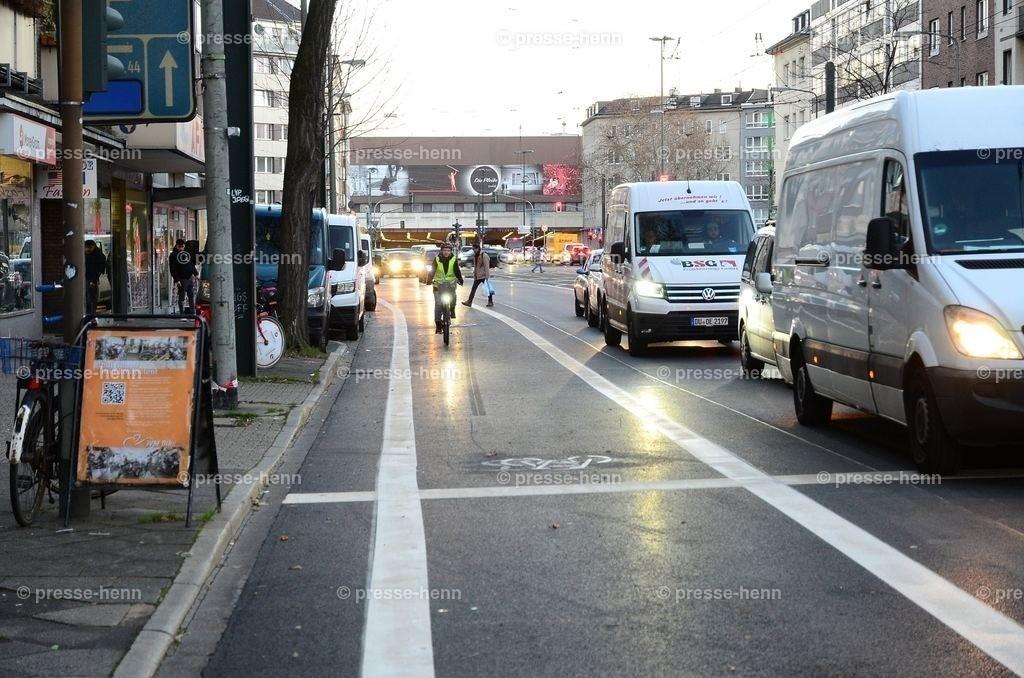 Fahrradwege als Parkplatz | Die neuerrichteten Fahrradwege auf der Kölner Str. werden immer wieder als Parkplatz genutzt, sodass Fahrradfahrer auf die von Autos befahrene Seite ausweichen müssen.