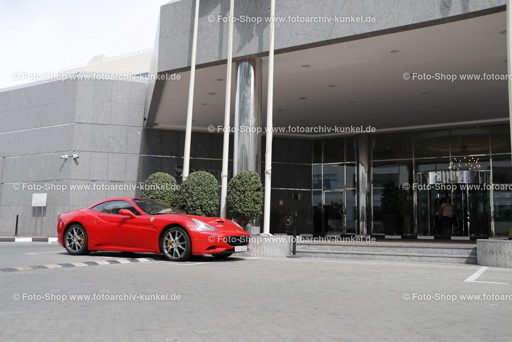 Ferrari California, Coupé-Roadster 2 Türen, 2008-12   Ferrari California, Coupé-Roadster 2 Türen, rot, Bauzeit: 2008-2012, Hersteller: Ferrari, Italien, Aufnahme vor den Sheraton Jumeirah Beach Resort in Dubai