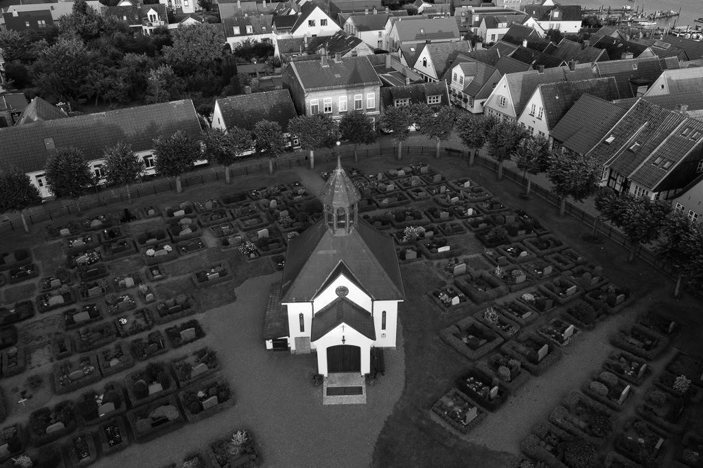 Friedhof und Kapelle auf dem Holm in Schleswig © Holger Rüdel | Blick auf die Fischersiedlung Holm in Schleswig mit Friedhof und Kapelle im Zentrum