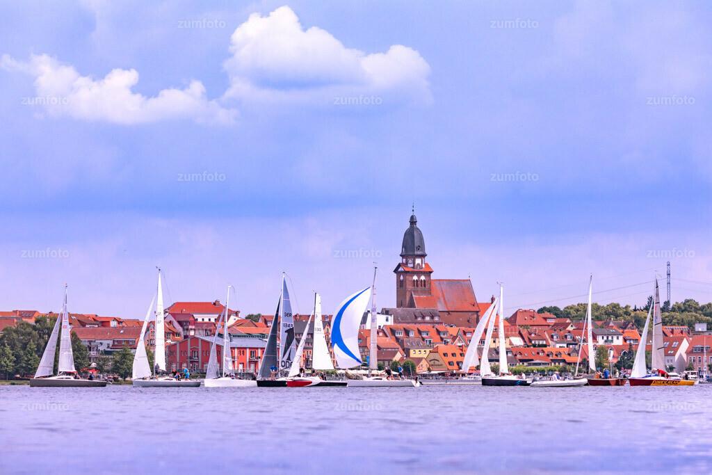 180616_1100-1964-A | Segelboote vor dem Stadthafen von Waren (Müritz).   ⠀⠀⠀⠀⠀⠀⠀⠀⠀ Das Bild entstand im Juni. Im Hintergrund ist die Marienkirche zu sehen. ⠀⠀⠀⠀⠀⠀⠀⠀⠀ --Dateigröße 6700 x 4400 Pixel--