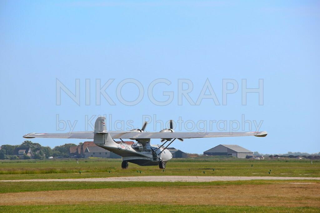 Amphibienflugzeug   Eine niederländische Consolidated PBY-5A Catalina startet am Flugplatz von Texel. Die Flugboote diesen Types wurden von 1935 bis 1945 gebaut und wurden zur Seeaufklärung eingesetzt. Das Amphibienflugzeug kann dank einziehbarem Fahrwerk sowohl im Wasser als auch an Land landen.