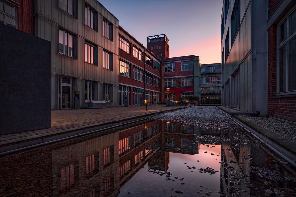 Wasserspiegelung vor moderner Architektur | Moderne Architektur spiegelt sich im Wasser.