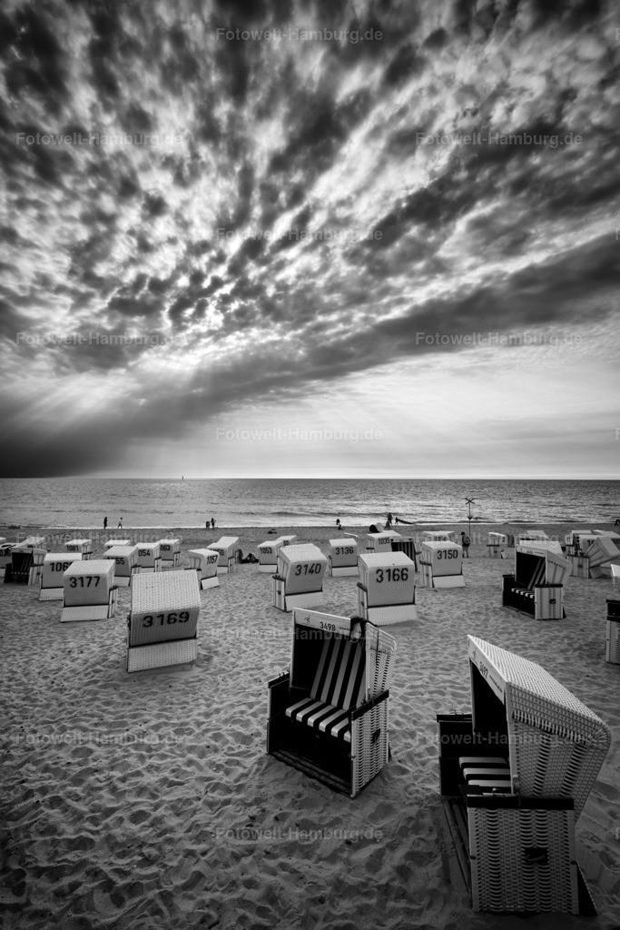 10180808 - Sylter Strandkörbe | Eindrucksvolle Schwarzweissaufnahme am Strand von Westerland.