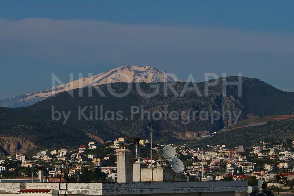 Berglandschaft von Evia   Mit einer Fläche von über 3.600m² ist Evia (Euböa) die zweitgrößte Insel von Griechenland. Der Berg Dirphys ist mit 1745m der höchste Berg der Insel. Auf dem Bild ist die Schneebedeckte Kuppe des Berg Dirphys im Hintergrund zu erkennen.