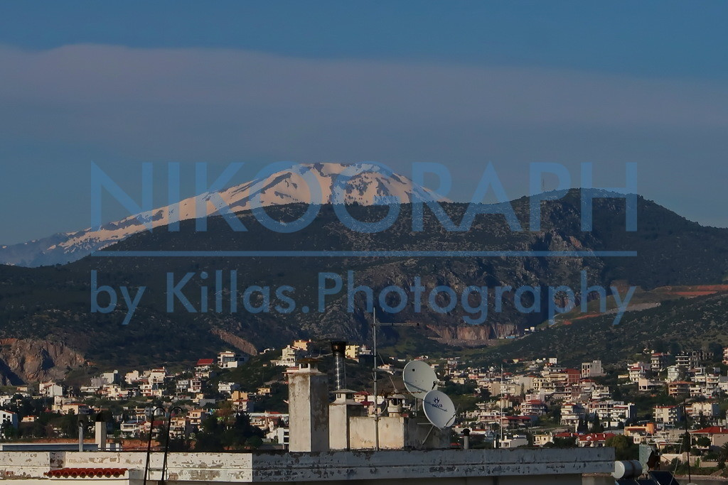 Berglandschaft von Evia | Mit einer Fläche von über 3.600m² ist Evia (Euböa) die zweitgrößte Insel von Griechenland. Der Berg Dirphys ist mit 1745m der höchste Berg der Insel. Auf dem Bild ist die Schneebedeckte Kuppe des Berg Dirphys im Hintergrund zu erkennen.