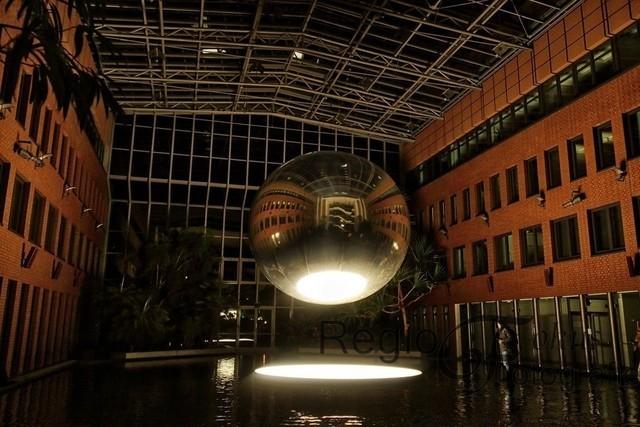 Inner, Outer, Other | Ein magisches Erlebnis von Sebastian Kite in der Glashalle de Sparkasse Hildesheim-Peine aus Licht, Ton, Spiegel, Wasser und Luft.