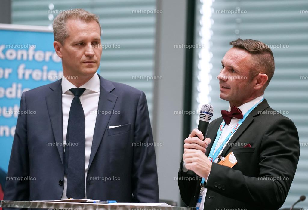 David Berger spricht und Petr Bystron hört zu