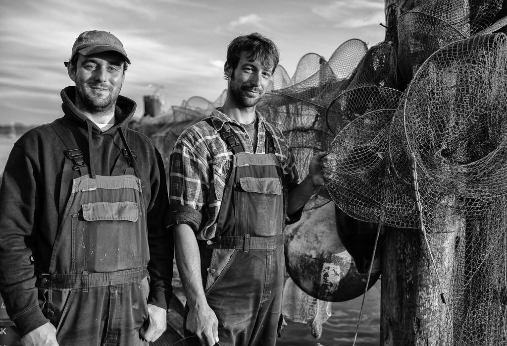 Fischer Christian und Nils Ross © Holger Rüdel | Christian und Nils Ross (rechts) sind Berufsfischer in Schleswig an der Schlei. In dem kleinen Familienbetrieb arbeiten beide eng mit Vater Jörn zusammen. Die Familie Ross lebt und fischt seit Jahrhunderten an der Schlei.