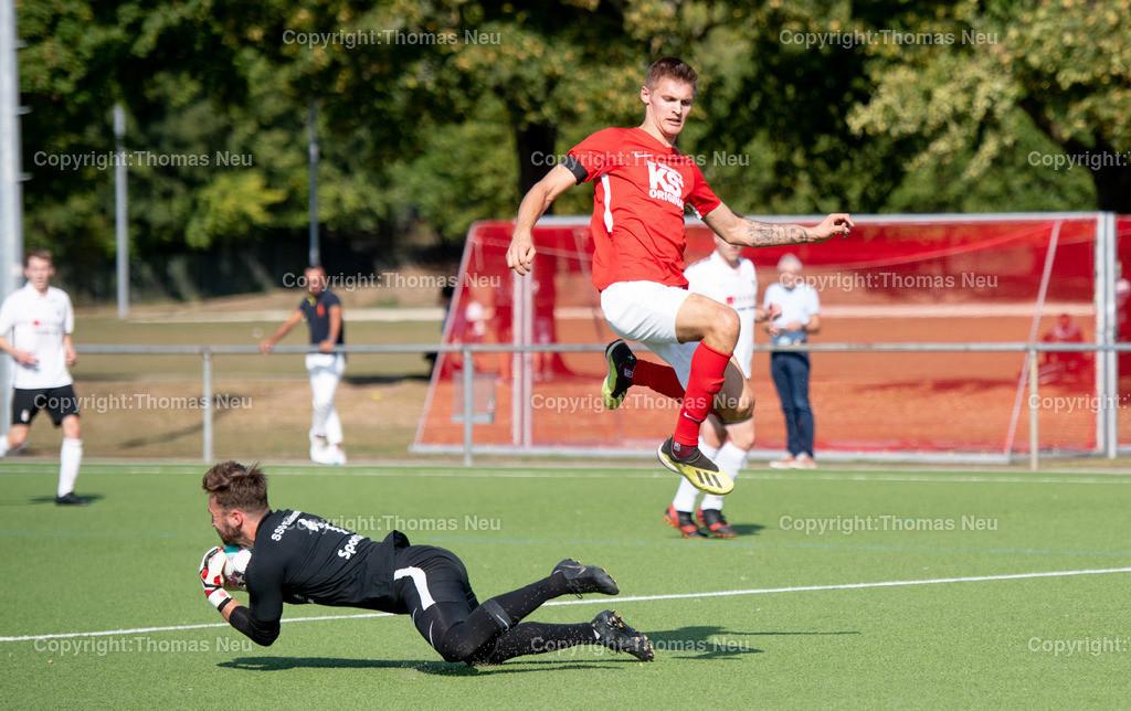 DSC_1077   lsp Fußball TSV Auerbach - SSG Einhausen,auf dem Weg zum Tor ist hier Karlo Soltic, aber am Ende kann Torwart Alexander Kunzelmann diesen Angriff abwehren, ,  Bild: Thomas Neu
