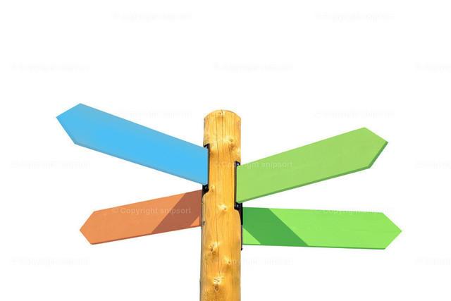 Richtungsschilder mit vier Pfeilen über weißem Hintergrund   Wegweiser in vier verschiedene Richtungen zeigend.