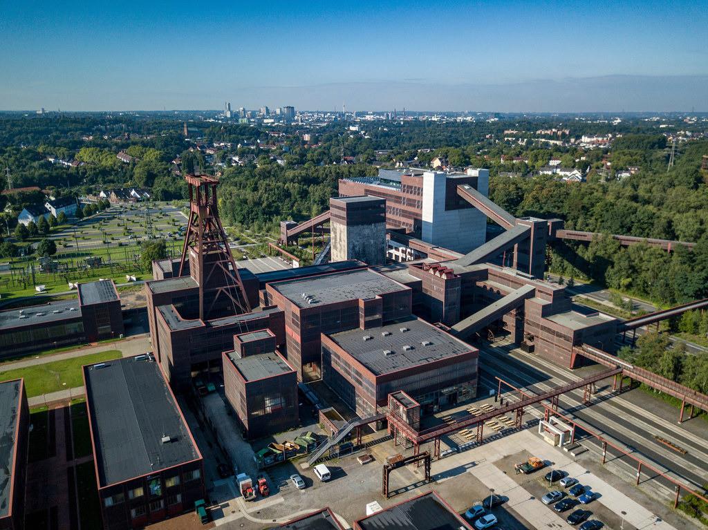 JT-170814079   Welterbe Zeche Zollverein, Fördergerüst Schacht 12,   hinten Skyline von Essen, Deutschland,
