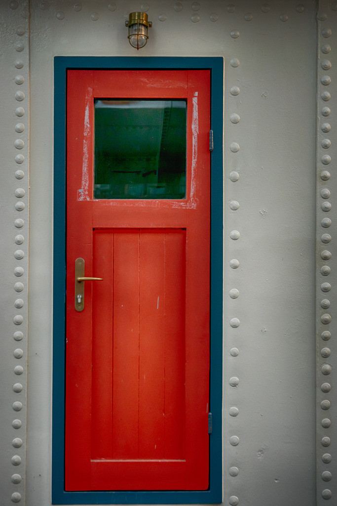 Rote Tür   Shiffstür im Hamburger Hafen