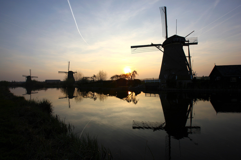 Windmuehlen | Windmuehlen in Kinderdijk, 19 historische Muehlen, die wurden fuer die Wasserhaltung an den Fluessen Lek und Noord gebaut wurden, zum Entwaessern des Gelaendes der Alblasserwaard. UNESCO Weltkulturerbe. Kinderdijk, Sued-Holland, Niederlande, Europa.