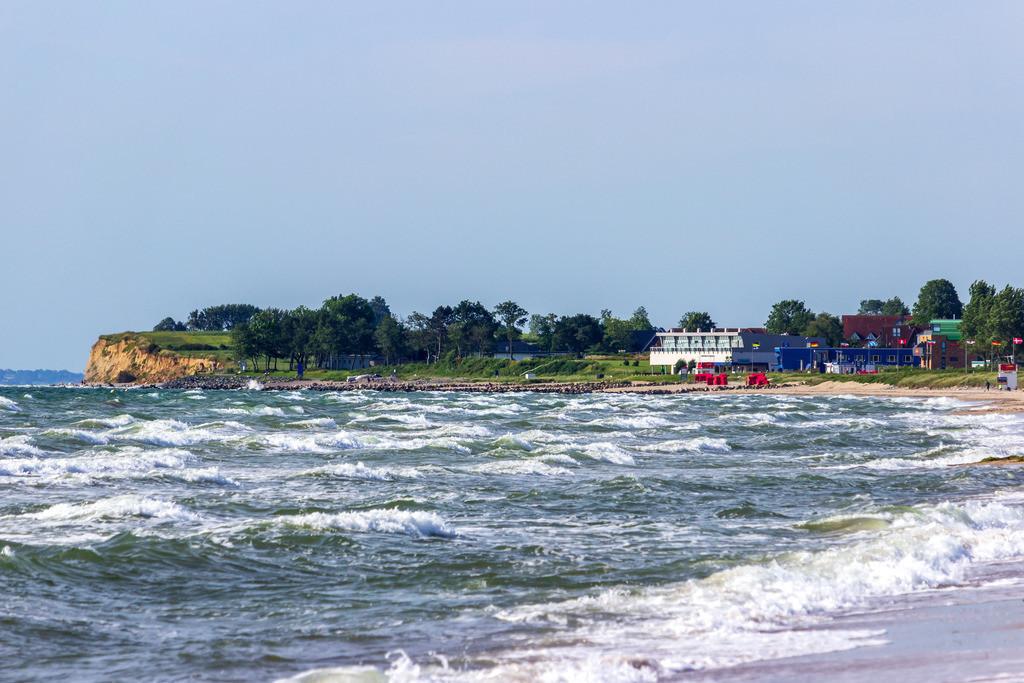 Strand in Weidefeld | Wellen am Strand in Weidefeld mit Blick auf die Steilküste in Schönhagen