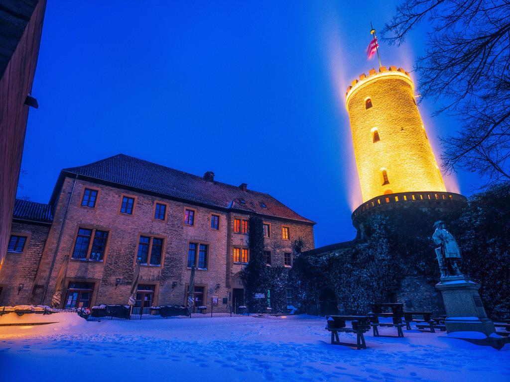 Burgturm im Winter | Beleuchteter Turm der Sparrenburg im Winter.