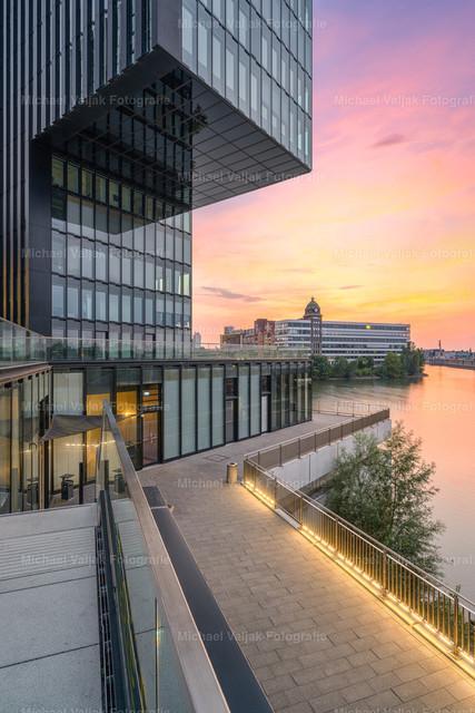 Abendstimmung im Düsseldorfer Medienhafen | Blick zum Bürogebäude neben dem Hyatt Regency Hotel im Düsseldorfer Medienhafen, im Hintergrund ist die ehemalige Weizenmühle