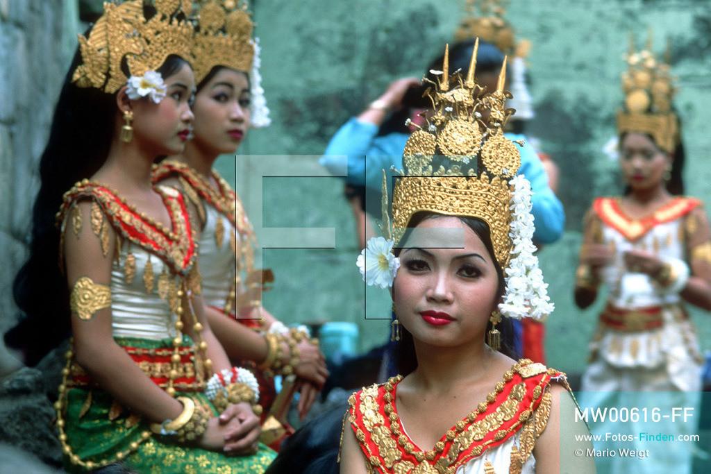 MW00616-FF | Kambodscha | Siem Reap | Reportage: Apsara-Tanz | Apsara-Tänzerinnen im Tempel Preah Khan. Kambodschas wichtigstes Kulturgut ist der Apsara-Tanz. Im 12. Jahrhundert gerieten schon die Gottkönige beim Tanz der Himmelsnymphen ins Schwärmen. In zahlreichen Steinreliefs wurden die Apsara-Tänzerinnen in der Tempelanlage Angkor Wat verewigt.   ** Feindaten bitte anfragen bei Mario Weigt Photography, info@asia-stories.com **