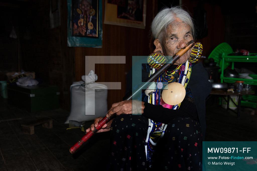 MW09871-FF | Myanmar | Mindat | Reportage: Mindat im Chin State | Frau Yaw Thang (Yaw Shen) spielt Nasenflöte. Charakteristisch für die Frauen vom Bergvolk der Kaang Chin ist das tätowierte Gesicht mit Punkten sowie die großen Ohrringe.    ** Feindaten bitte anfragen bei Mario Weigt Photography, info@asia-stories.com **
