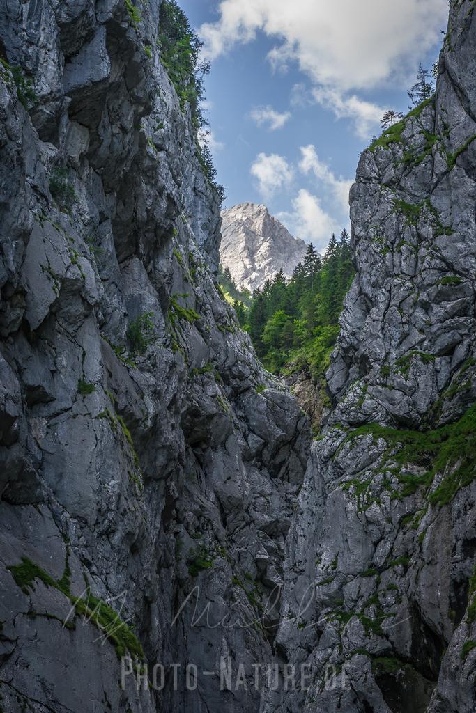Blick durch die Klamm auf Deutschlands höchsten Berg   Die Klamm bahnt den Blick auf den höchsten Berg von Deutschland