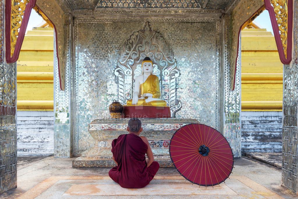 MW0119-6977 | Fotoserie DER ROTE SCHIRM | Buddhistischer Mönch beim Meditieren