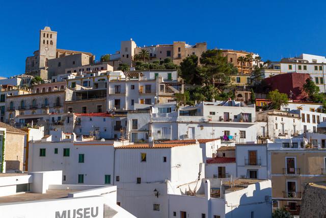 Ibiza-Stadt (Eivissa)   Ibiza-Stadt (Eivissa) mit Blick auf das Altstadtviertel Dalt Vila mit der gotischen Catedral de Santa María und einer Festungsanlage aus der Renaissance