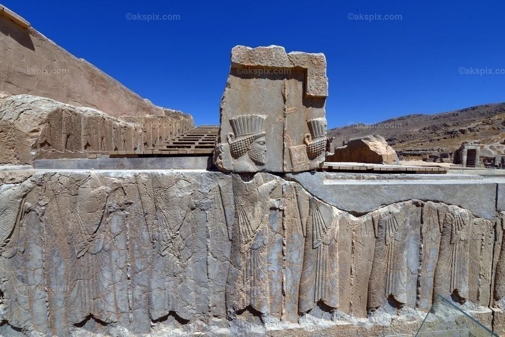 """Die altpersische Residenzstadt Persepolis   Die altpersische Residenzstadt Persepolis (persisch Tacht-e Dschamschid """"Thron des Dschamschid"""", altpers.: Parseh) war die Hauptstadt des antiken Perserreichs unter den Achämeniden und wurde 520 v. Chr. von Dareios I. im Süden des heutigen Iran in der Region Persis gegründet. Der Name """"Persepolis"""" stammt aus dem Griechischen und bedeutet """"Stadt der Perser""""; der persische Name bezieht sich auf Dschamschid, einem sagenumwobenen König der Frühzeit."""