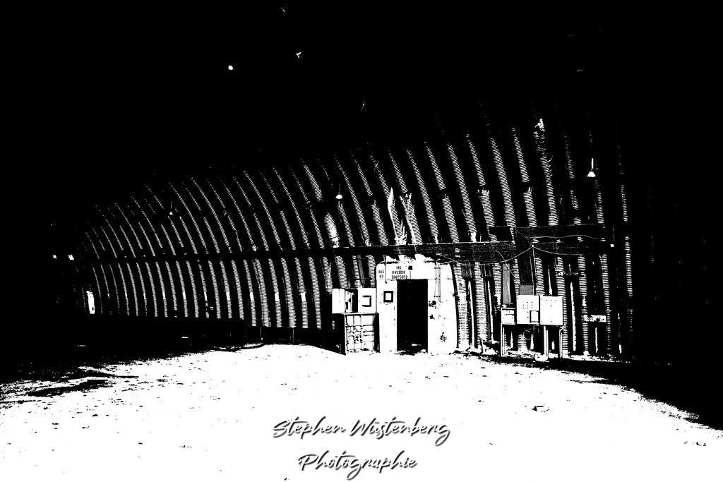 DSC00656_LostPlaces_SembachInsideShelter_1   Verfremdete Schwarzweiss-Aufnahmen eines Flugzeugbunkers (Shelter) auf dem Gelände des ehemaligen Militärflugplatzes Sembach Air Base. Bearbeitet wurden die Bilder mit GIMP.